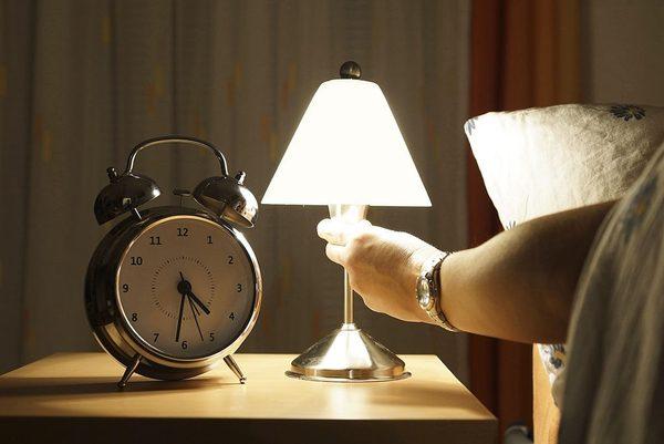 Trang Trí Đầu Giường Bằng Đèn Ngủ