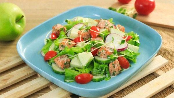 Salad Cá Hồi Cùng Sốt Sữa Chua Cho Bữa Trưa Giảm Cân